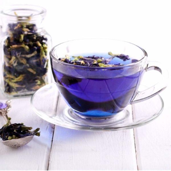 Blauer Tee im Glas